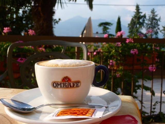 Cappuccino mattina sul lago